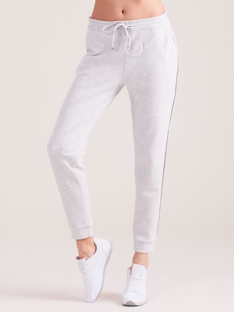 Jasnoszare spodnie dresowe z kieszeniami                              zdj.                              4