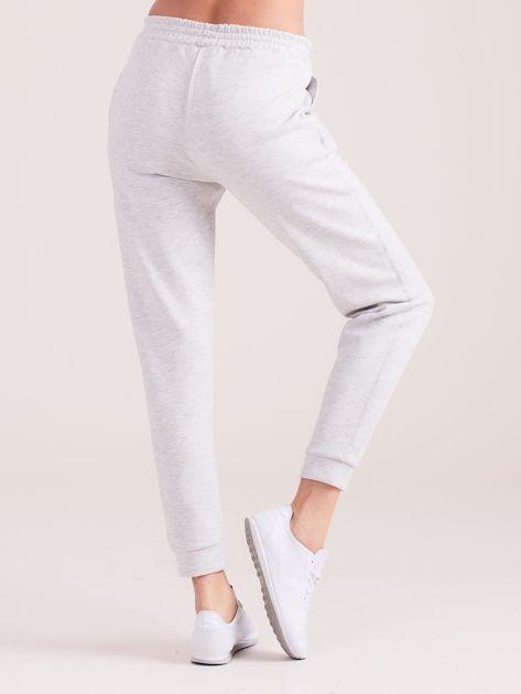 Jasnoszare spodnie dresowe z kieszeniami                              zdj.                              2