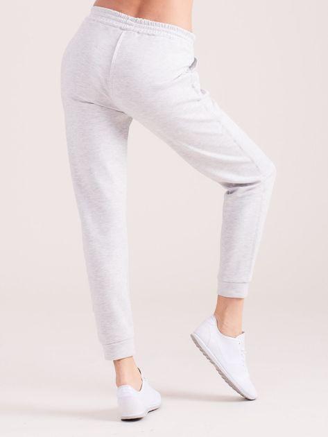 Jasnoszare spodnie dresowe z kieszeniami                              zdj.                              7