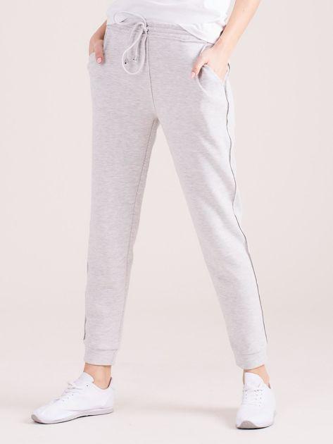 Jasnoszare spodnie dresowe z kieszeniami                              zdj.                              3