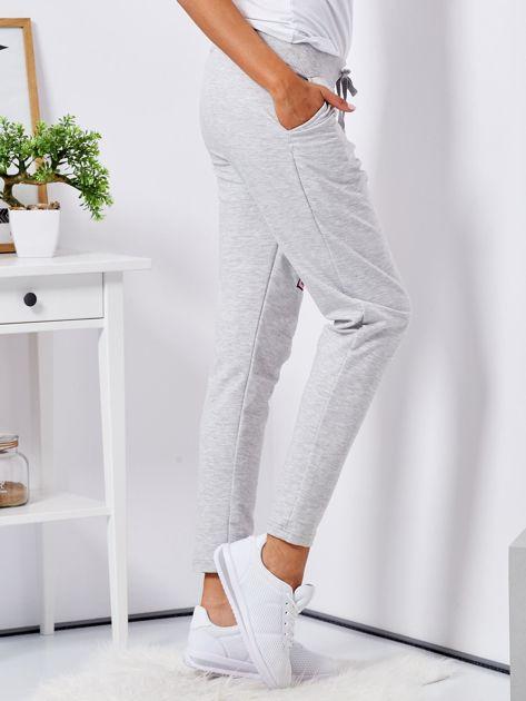 Jasnoszare spodnie dresowe z naszywkami                              zdj.                              5