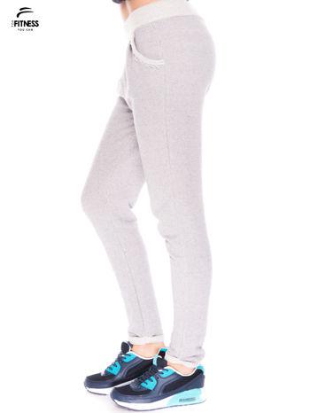 Jasnoszare spodnie dresowe ze zwężaną nogawką zakończoną na dole ściągaczem                                  zdj.                                  2