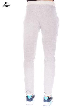 Jasnoszare spodnie dresowe ze zwężaną nogawką zakończoną na dole ściągaczem                                  zdj.                                  3