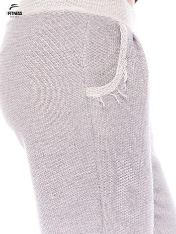 Jasnoszare spodnie dresowe ze zwężaną nogawką zakończoną na dole ściągaczem                                  zdj.                                  4