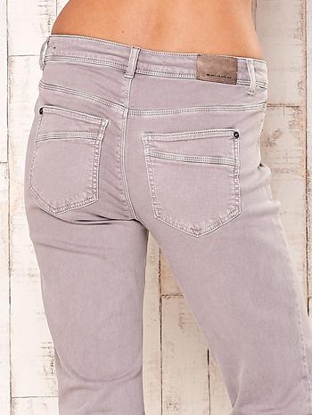 Jasnoszare spodnie o prostym kroju                                  zdj.                                  5