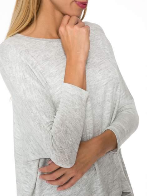 Jasnoszary melanżowy sweter oversize o obniżonej linii ramion z rozporkami po bokach                                  zdj.                                  7