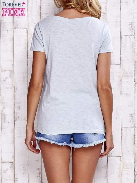 Jasnoszary melanżowy t-shirt z kieszonką                                  zdj.                                  4