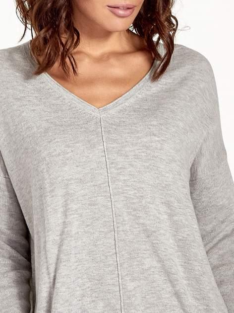 Jasnoszary sweter V-neck z rozporkami                                  zdj.                                  5