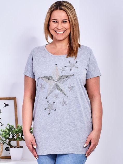 Jasnoszary t-shirt z błyszczącymi gwiazdami PLUS SIZE                              zdj.                              1