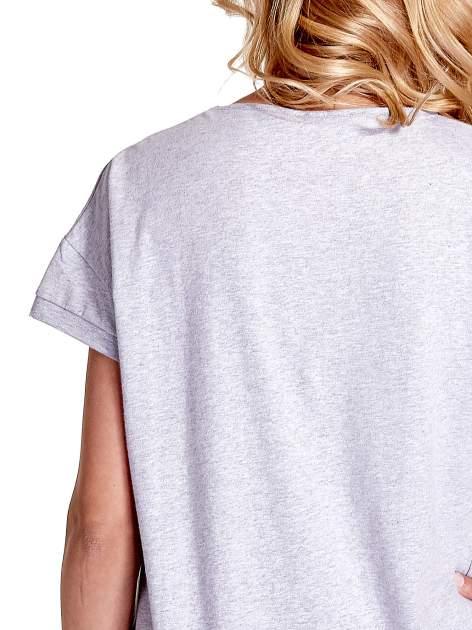 Jasnoszary t-shirt z kieszonką                                  zdj.                                  7