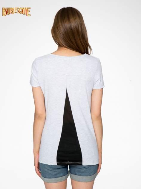 Jasnoszary t-shirt z kwiatowym nadrukiem zdobionym dżetami                                  zdj.                                  4