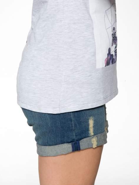 Jasnoszary t-shirt z kwiatowym nadrukiem zdobionym dżetami                                  zdj.                                  9