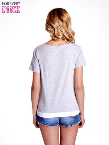 Jasnoszary t-shirt z napisem SELF-CONFIDENCE IS THE BEST OUTFIT