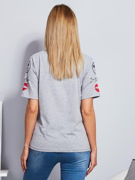 Jasnoszary t-shirt z napisem i kółeczkami na rękawach                                  zdj.                                  2
