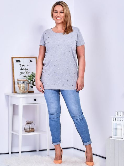 Jasnoszary t-shirt z perełkami PLUS SIZE                              zdj.                              4