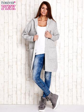 Jasnoszary wełniany sweter z naszywkami i kapturem                              zdj.                              2
