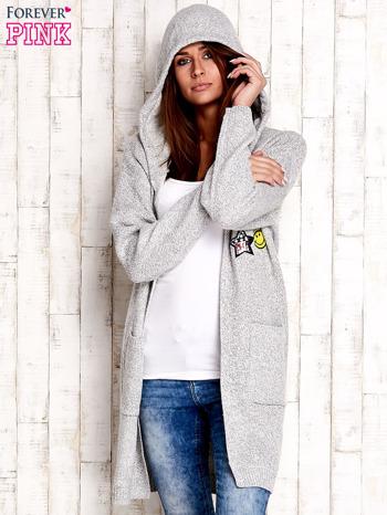 Jasnoszary wełniany sweter z naszywkami i kapturem                              zdj.                              5