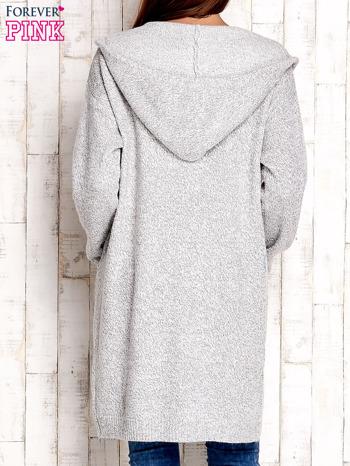 Jasnoszary wełniany sweter z naszywkami i kapturem                                  zdj.                                  4