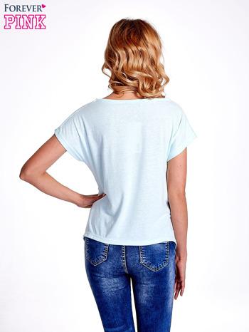 Jasnoturkusowy t-shirt z napisem WASZA WYSOKOŚĆ                                  zdj.                                  4