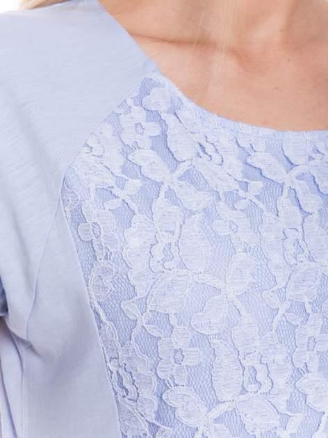 Jasoniebieski t-shirt z koronkowym przodem                                  zdj.                                  3