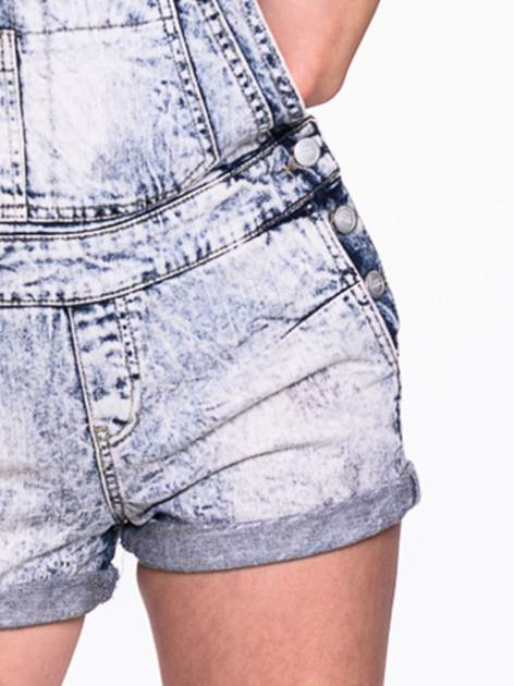 Jeansowe krótkie ogrodniczki marmurkowe z podwijanymi nogawkami                                  zdj.                                  6