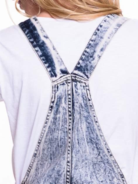 Jeansowe krótkie ogrodniczki marmurkowe z podwijanymi nogawkami                                  zdj.                                  7
