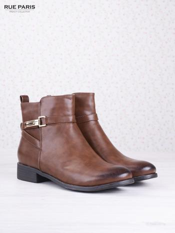 Karmelowe botki faux leather na klocku ze złotą sprzączką na suwak                                  zdj.                                  2