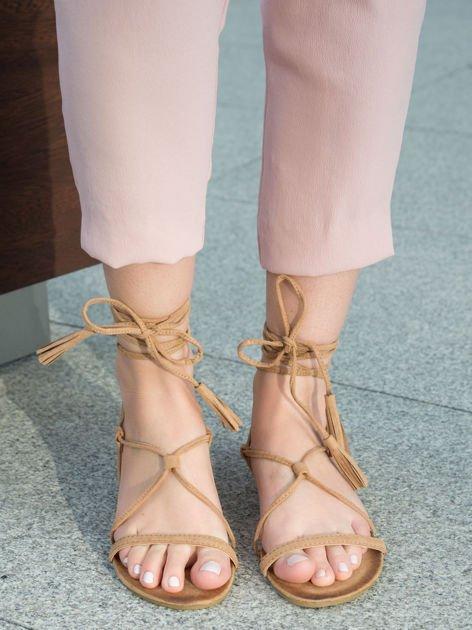 Karmelowe sandały wiązane wokół kostki ozdobnym chwostem                              zdj.                              1
