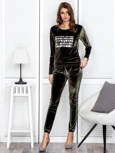 Khaki aksamitna bluza ze srebrnym nadrukiem                              zdj.                              4