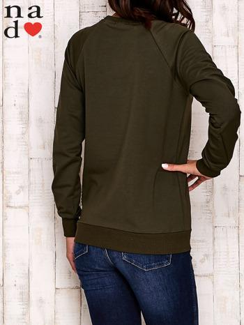 Khaki bluza z nadrukiem misia i napisem NICE                                  zdj.                                  4