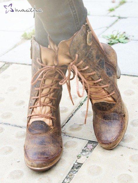 Khaki botki Maciejka z ozdobnie przecieranej skóry z jaśniejszą wstawką na boku i asymetrycznymi obcasami                              zdj.                              1