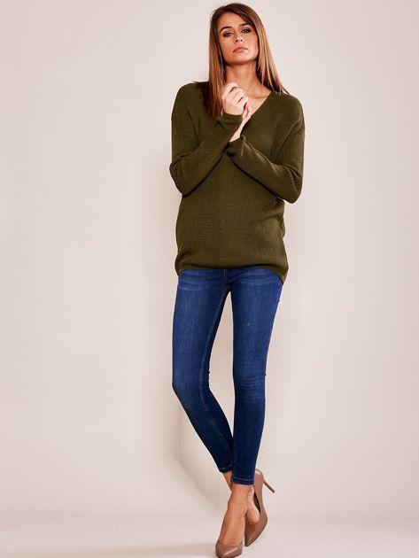Khaki luźny sweter w serek                              zdj.                              4