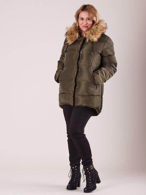 Khaki pikowana kurtka damska z futerkiem PLUS SIZE                              zdj.                              4