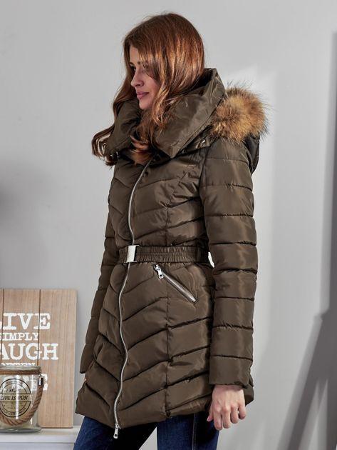 Khaki pikowany płaszcz damski z futrzanym kołnierzem                              zdj.                              3