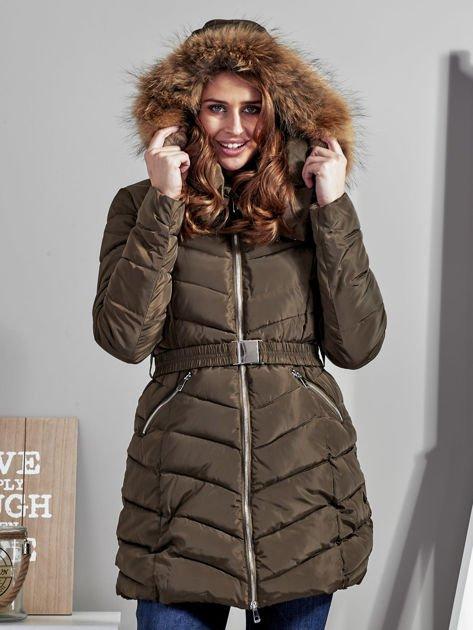 Khaki pikowany płaszcz damski z futrzanym kołnierzem                              zdj.                              7