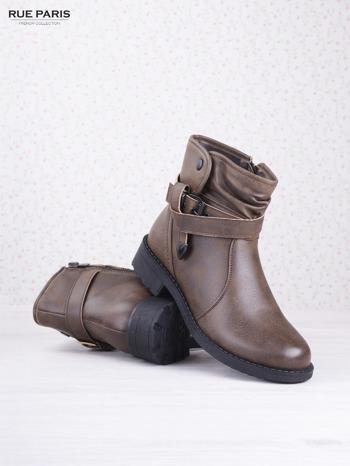 Khaki skórzane botki eco leather na klocku z marszczoną cholewką i zapinanym paskiem                                  zdj.                                  3