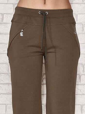 Khaki spodnie dresowe capri z kieszonką                                  zdj.                                  1