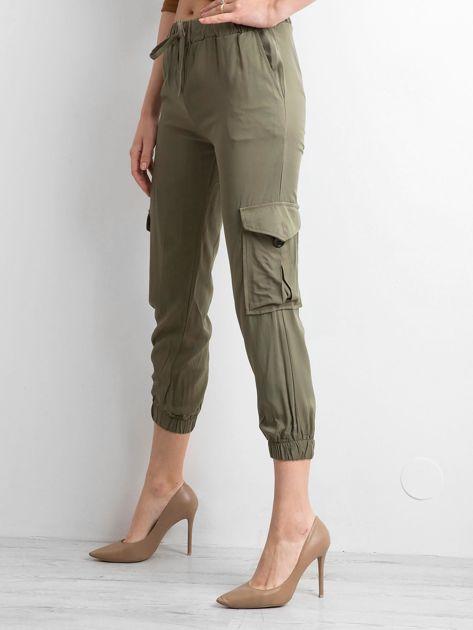 Khaki spodnie z kieszeniami i wiązaniem                              zdj.                              3