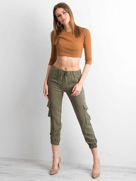 Khaki spodnie z kieszeniami i wiązaniem                              zdj.                              4