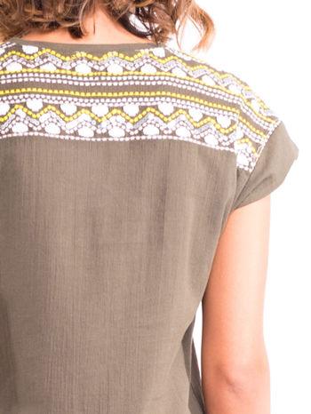 Khaki t-shirt z haftem na plecach zdobionym cekinami                                   zdj.                                  6
