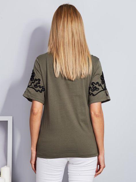 Khaki t-shirt z wypukłym haftowanym wzorem                                  zdj.                                  2