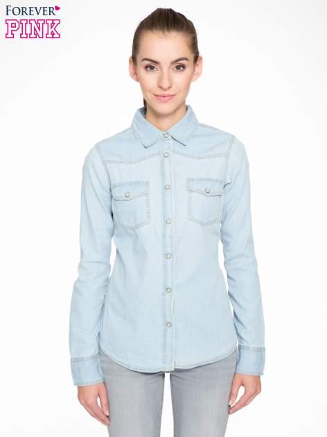 Klasyczna jasnoniebieska jeansowa koszula z kieszonkami                                  zdj.                                  1