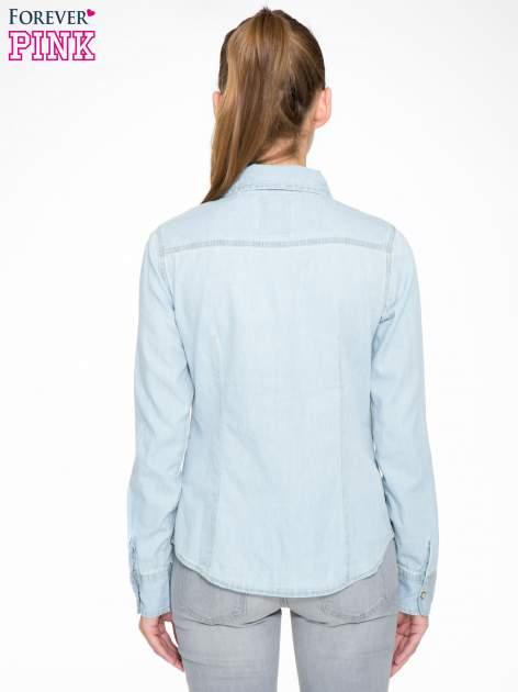 Klasyczna jasnoniebieska jeansowa koszula z kieszonkami                                  zdj.                                  4