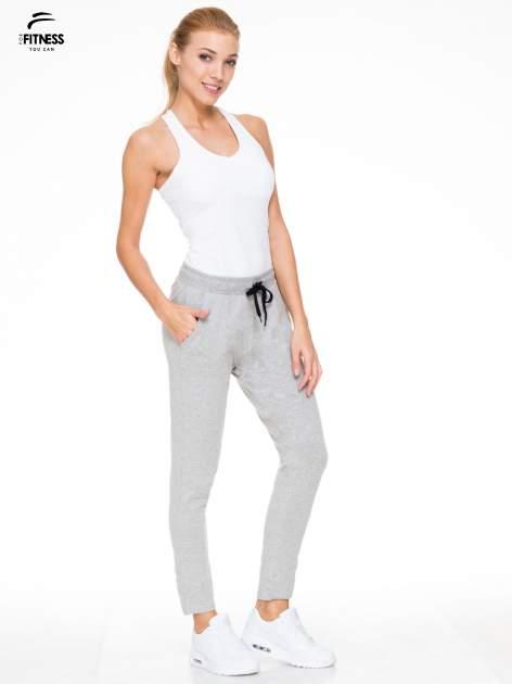 Klasyczne szare spodnie dresowe wiązane w pasie                                  zdj.                                  2