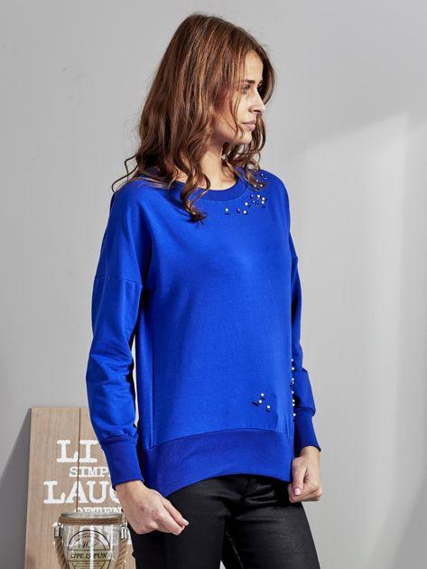 Kobaltowa bluza z rozcięciami i perełkami                              zdj.                              5