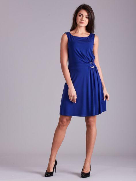 Kobaltowa drapowana elegancka sukienka                              zdj.                              4