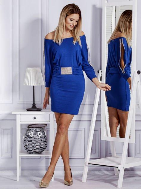 Kobaltowa sukienka z biżuteryjnymi wstawkami i wycięciami                               zdj.                              4