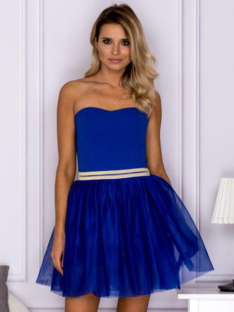 Kobaltowa tiulowa sukienka z błyszczącym paskiem