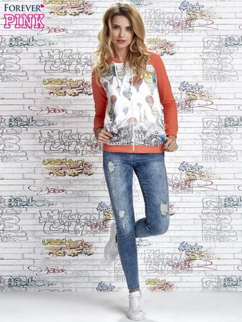 Koralowa bluza z kapturem i miejskim nadrukiem                                   zdj.                                  2
