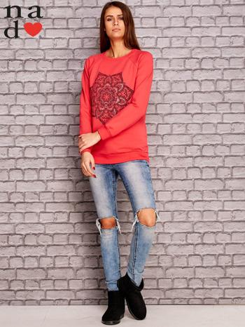 Koralowa bluza z ornamentowym nadrukiem                                  zdj.                                  2